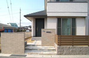 タイル貼り門柱とグリーンの乱形石 宇部Y邸新築EX