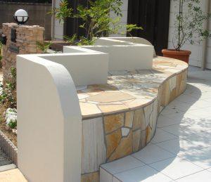 白いタイルのテラスや石貼りのベンチ  宇部市 H邸