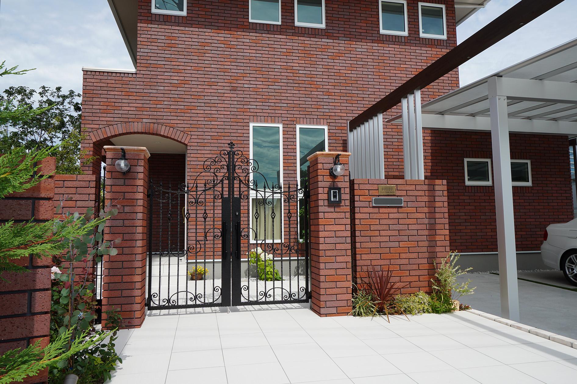 総タイル張りの新築住宅のエクステリア。アルミ鋳物の高級門扉が一段とお似合いです。<br /> 門袖も同じ外壁タイルで仕上げました。シャローネ門扉が素敵です。