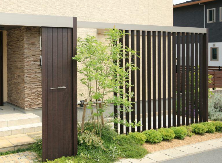 道路から玄関がとても近い、、、をプラスGデザインでうまく提案