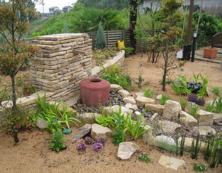 コッツランドストン積み、壁泉作、バリの石壺。