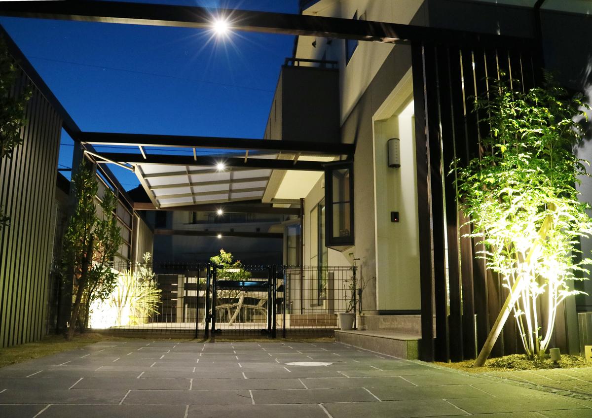 LIXIL プラスGやタイルテラス、LED照明で庭が激変!2017LIXILデザインコンテストダブル受賞!わんちゃんのためのゲートフェンス付き。<br /> 家族の楽しめる空間。夜も素敵。