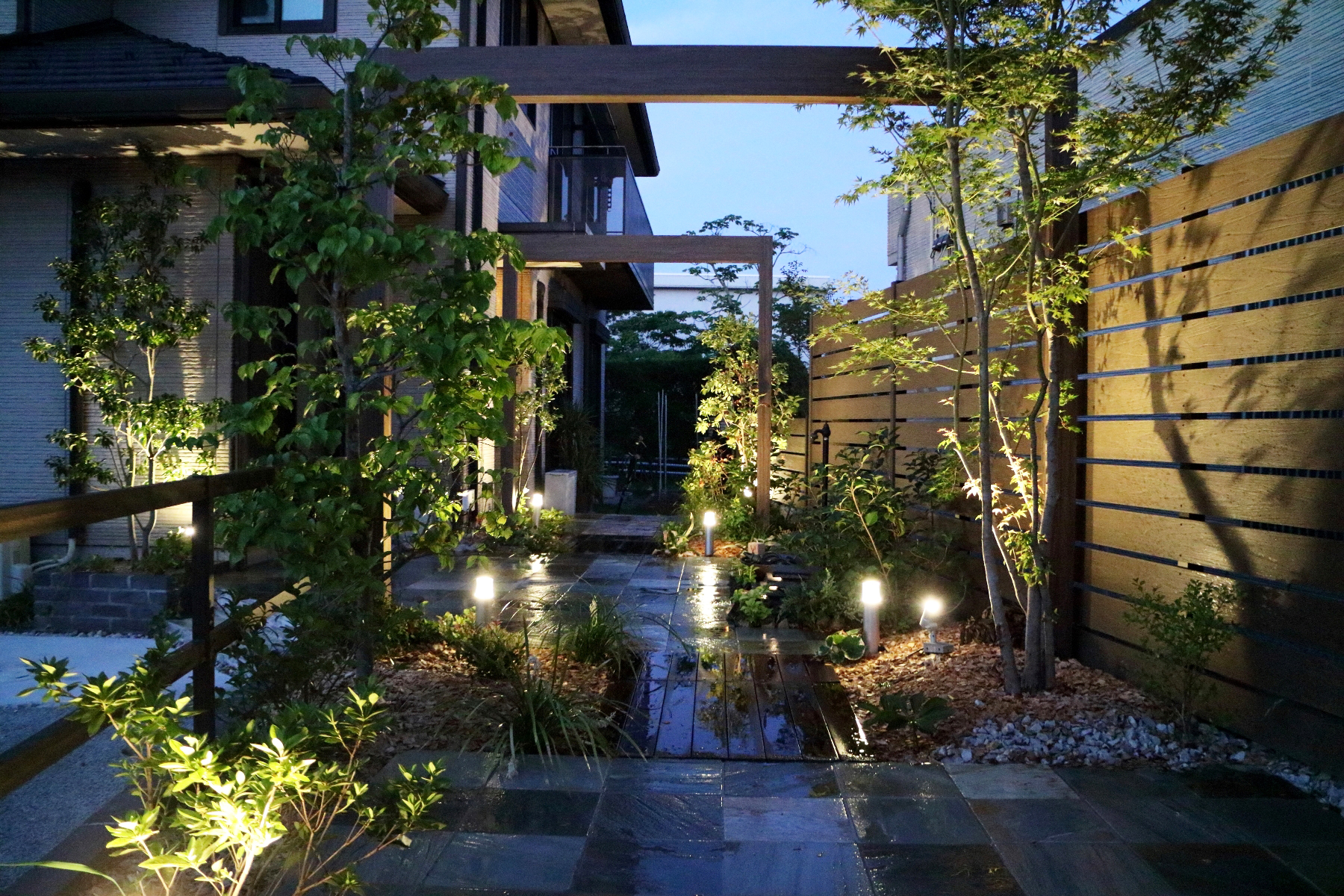 2017 タカショー庭空間施工例コンテスト 住宅エクステリア部門 銀賞ホームヤードルーフを採用。曖昧に見えた空間を天空から引き締め。<br /> <br />