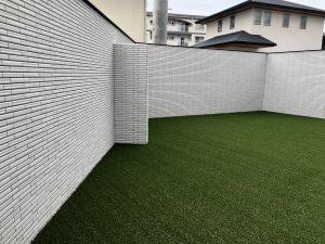 人工芝と白のタイルがとても綺麗に。